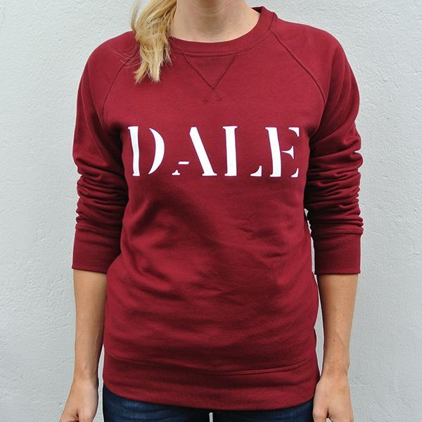 Sweater organic cotton burgundy red quote text white Dale model front