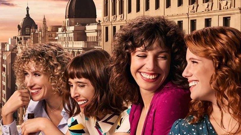 vriendinnen vrouwen kijken naar elkaar lachen buiten