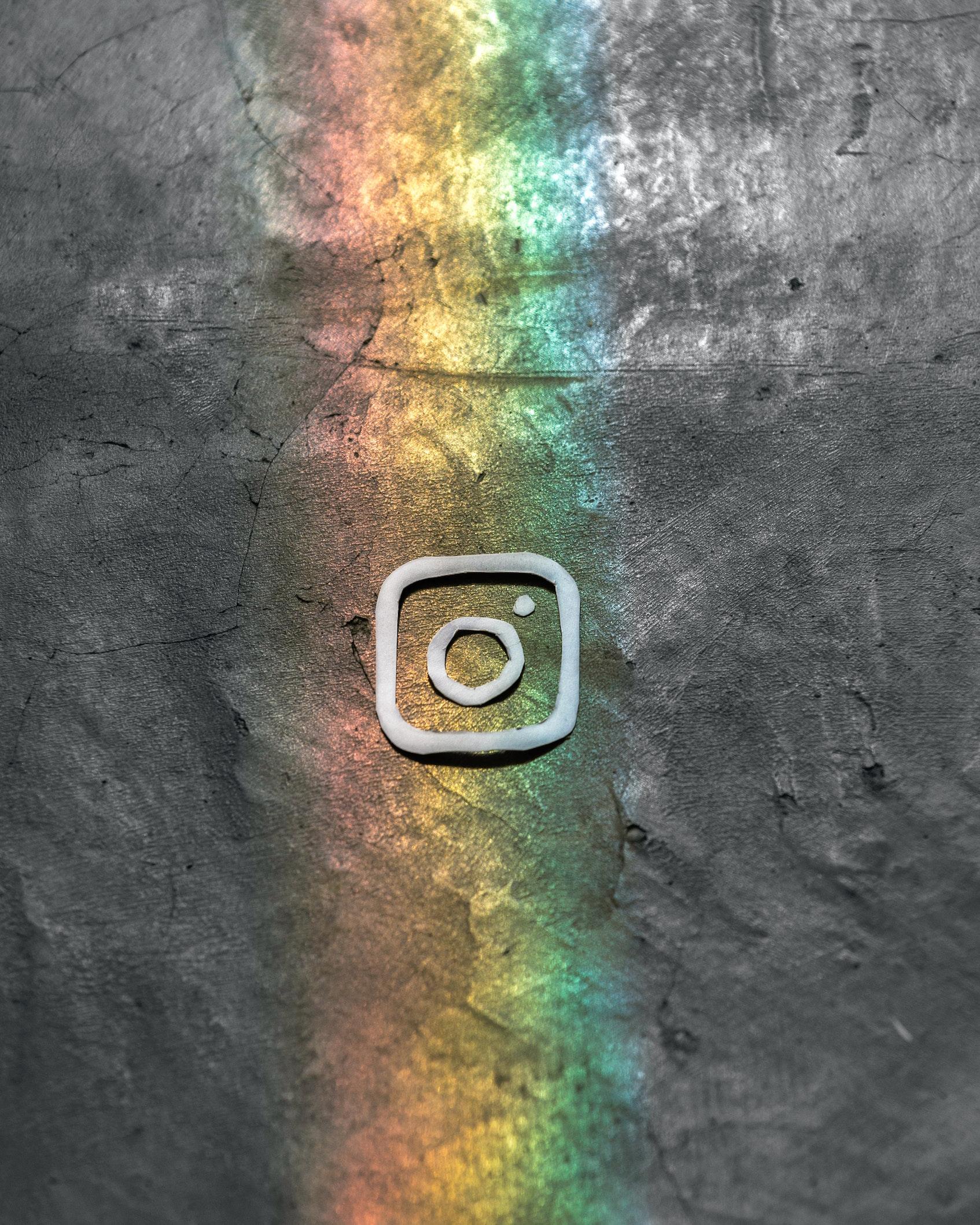 grijze ondergrond regenboog logo instagram